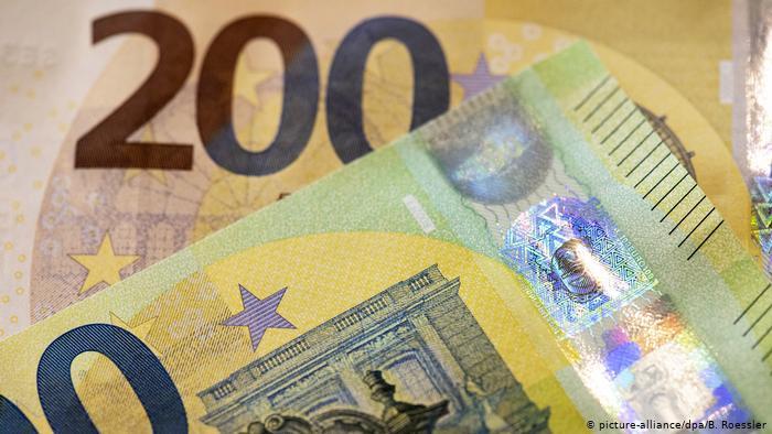 Сегодня в странах еврозоны вводятся в обращение новые купюры в 100 и 200 евро. Чем они отличаются от старых?