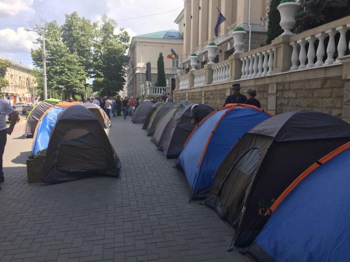 Перед государственными учреждениями Молдовы продолжают находиться люди в палатках