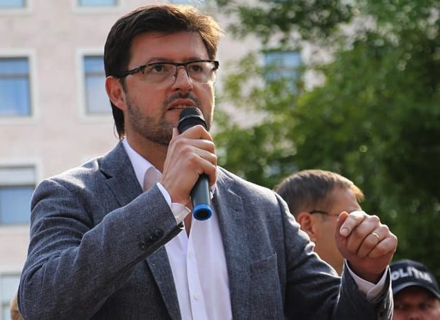 Андрей Попов о ночующих у здания МИДЕИ: «Это не добровольный протест. Людей держат за скот»