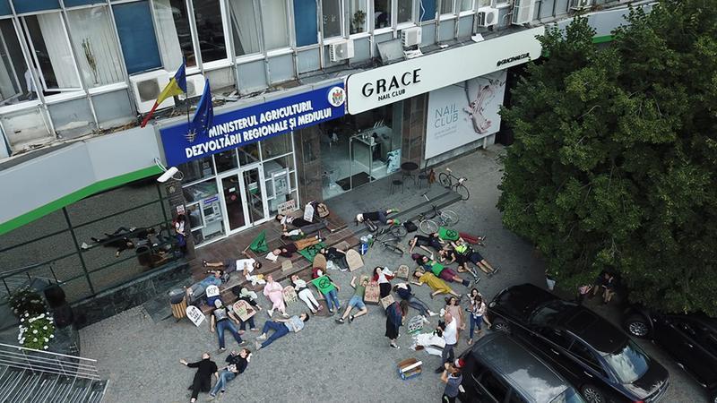 «Трупы» с надгробиями на головах заполонили вход в здание министерства окружающей среды. Что происходит?