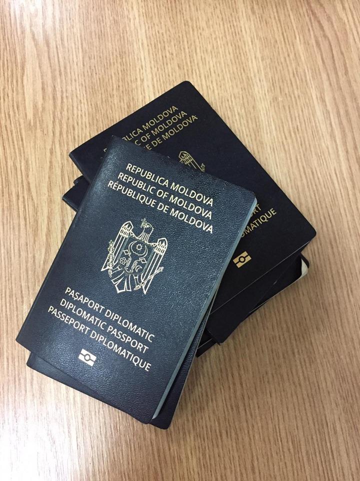 У многих чиновников отбирают дипломатические паспорта