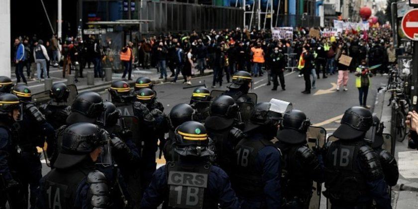 Жестокая акция протеста в Париже. Желтые жилеты присоединились к протестующим