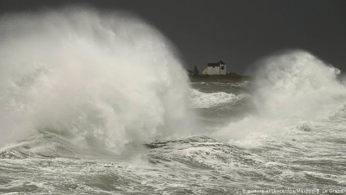 В Европе бушует ураган «Фабиен» и шторм «Эльза. Не менее восьми человек стали жертвами