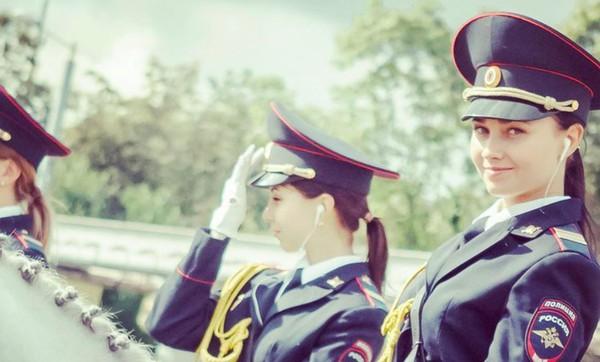 В России сотрудницу конной полиции уволили из-за подписки на Навального