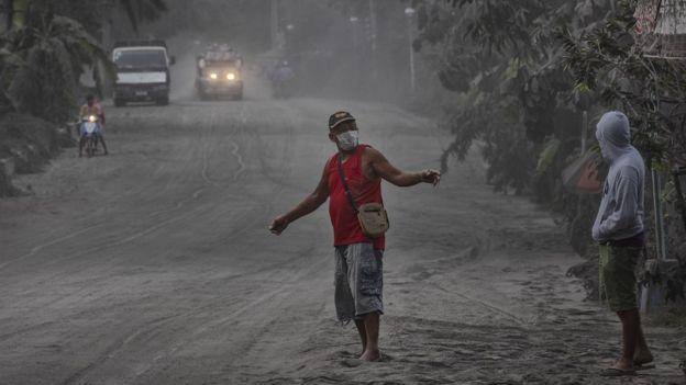 Вулкан Тааль на Филиппинах начал выбрасывать лаву. Улицы покрыты толстым слоем пепла