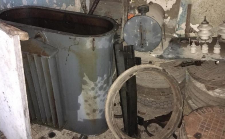 Двое мужчин могут провести в тюрьме до 4-х лет за кражу крышек канализационных люков и трансформатора во Флорештском районе