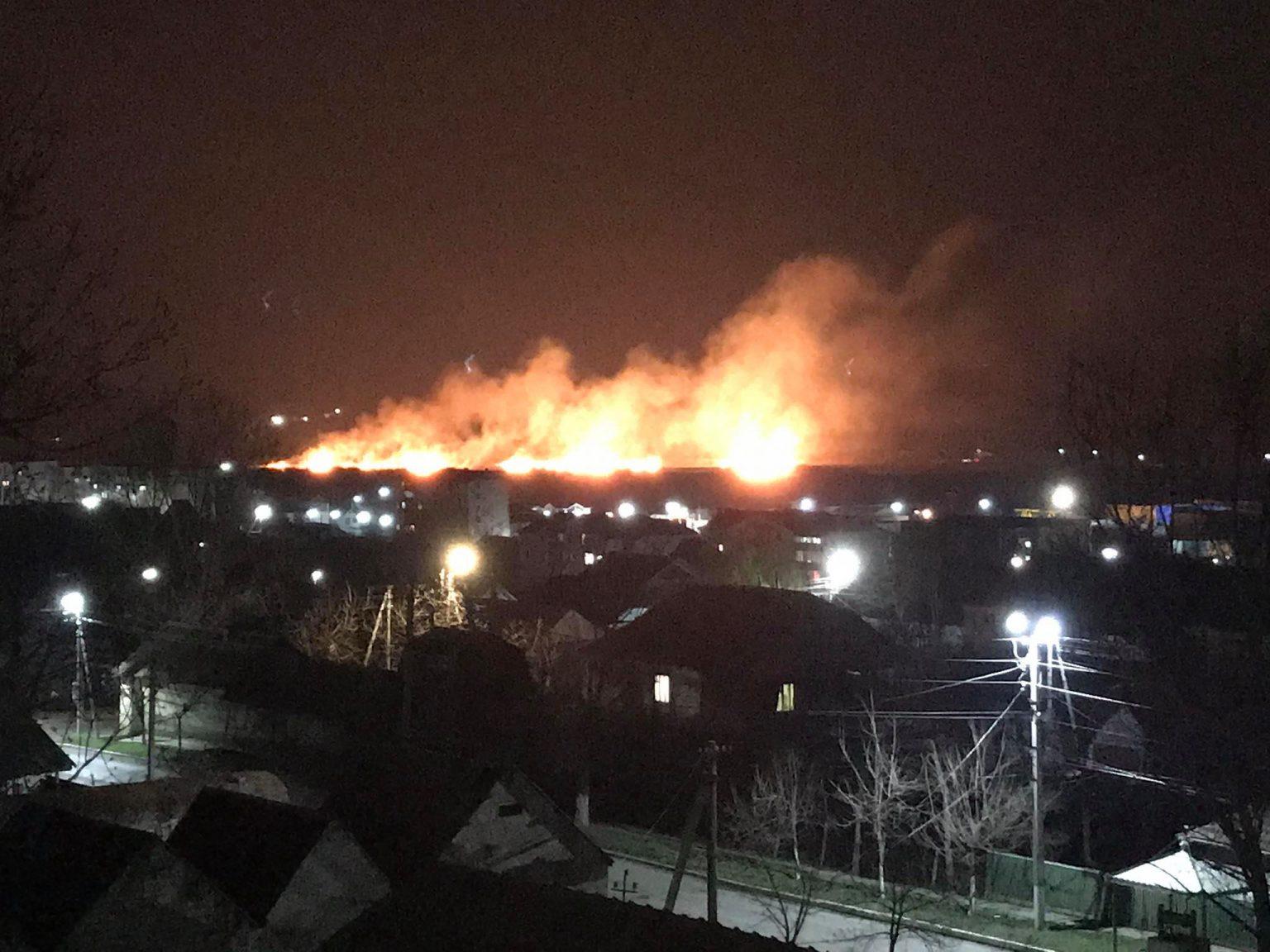 (ФОТО) На окраине Комрата бушует пожар